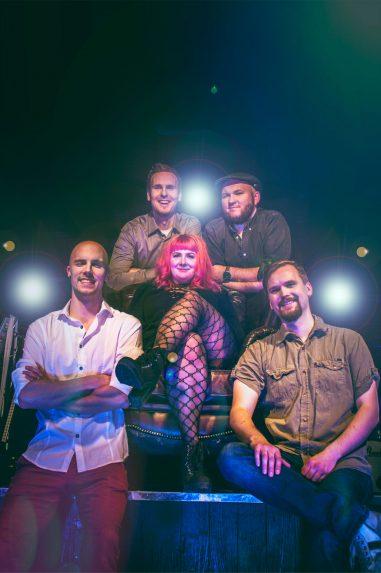Bilebändi Gringon promokuva 2018 lavan edustalla patsastelua