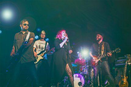 Bilebändi Gringon promokuva 2018, jossa bändi poseeraa live-tunnelmissa