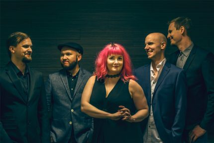 Bilebändi Gringon promokuva 2018 jossa bändi poseeraa tyylikkäänä ja valmistautuu soittamaan yritysjuhlissa