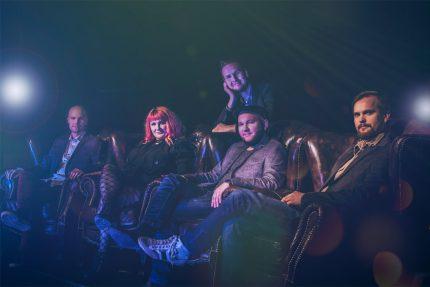 Bilebändi Gringon promokuva nahkatuoleilla istuvista yhtyeen jäsenistä oikealta edestä kuvattuna